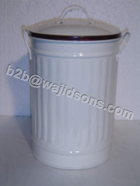 PLANTER WITH COVER