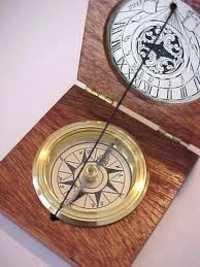 Pocket sundial compass