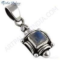 Luxurious Labradorite Gemstone Silver Pendant