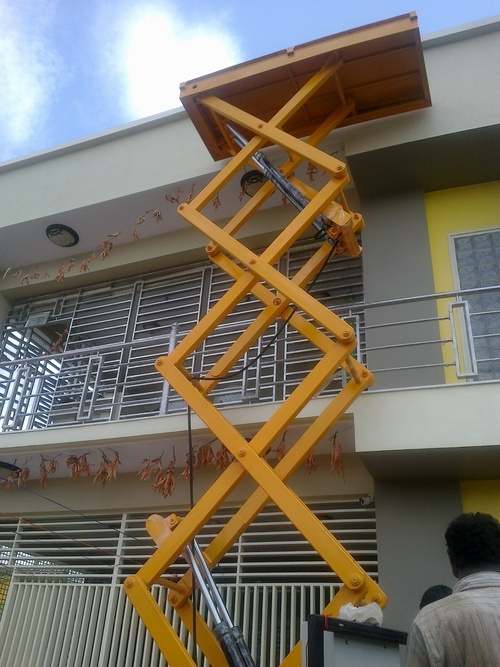 Hydraulic Scissor Lift In Bengaluru, Karnataka - Dealers & Traders