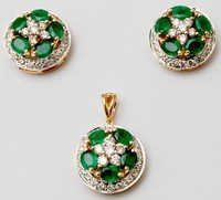 Flower Design Emerald Pendent Set