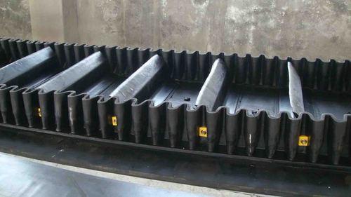 Corrugated-sudewall conveyor belt