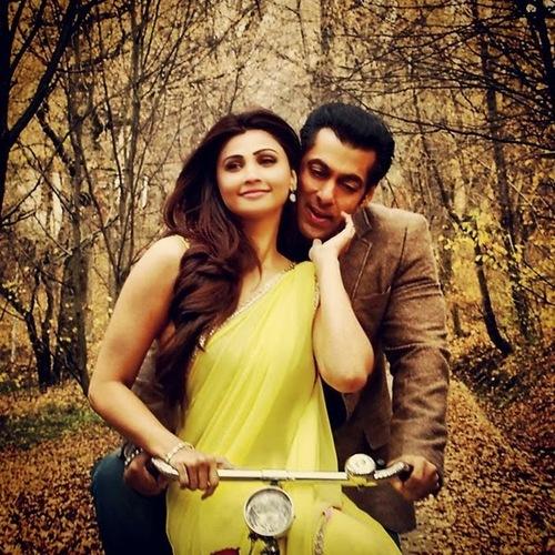 Daisy Shah Bollywood Style Saree