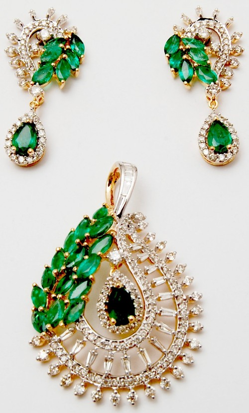 Sparkling diamonds 18k shiny gold pendant set