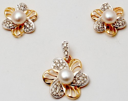 Lovely pearl 18k yellow gold designer jewellery