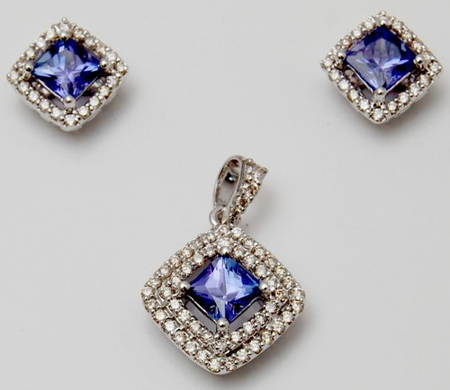 Prong setting diamond design pendant set