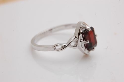 Pretty dark red gemstone ring design