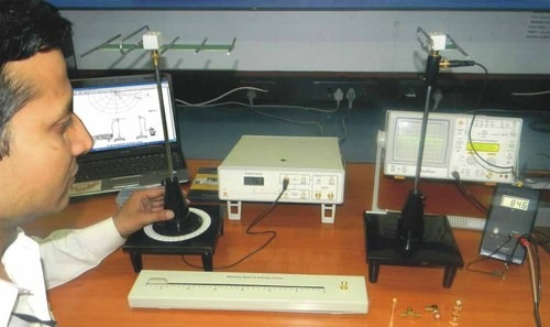 Advanced Antenna Trainer with variable frequency (550 MHz - 850 MHz) and 22 Antennas