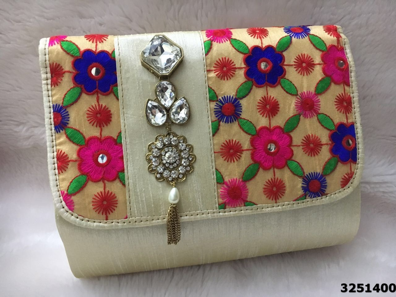 Stylish Patterned And Cool Look Brooch Clutch Bag