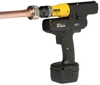 Cordless pipe expander with automatic return