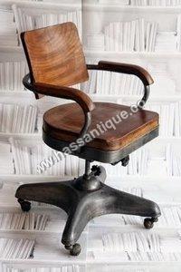 旧式なオフィスの回転の椅子