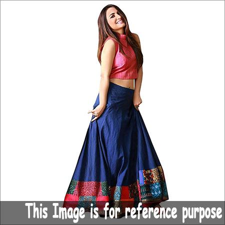 女性ピンクの穀物の上の青いスカート