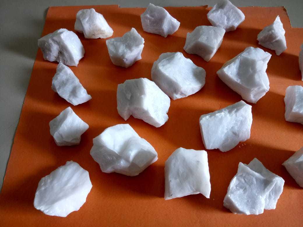 98% Silica Quality Landscape Snow White Quartz Lumps Row