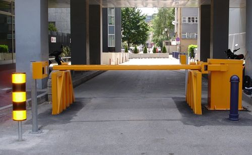 CRASH RESISTANT BOOM BARRIER