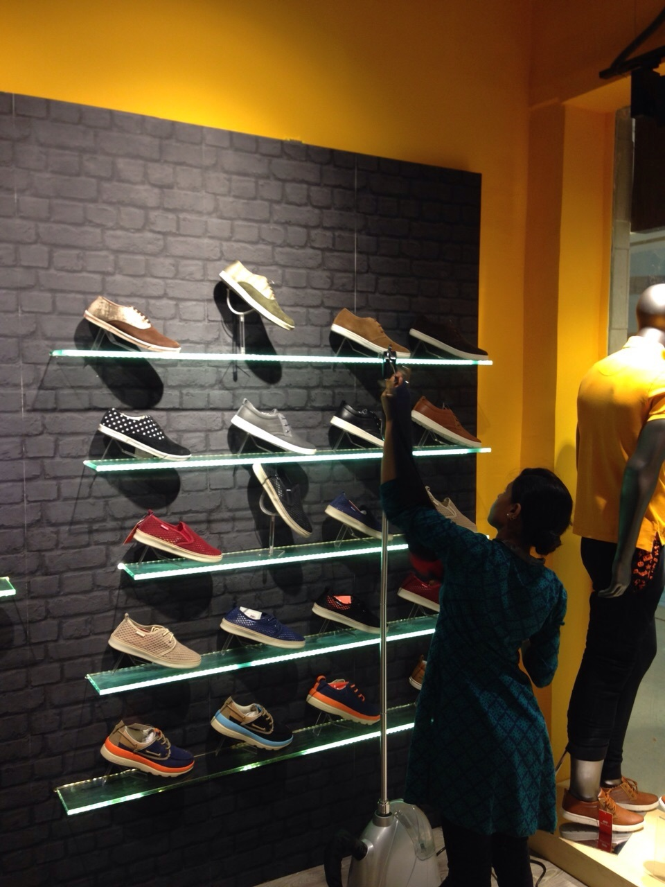 Retail Show Room Fittings