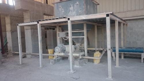 Pneumatic feeding silo