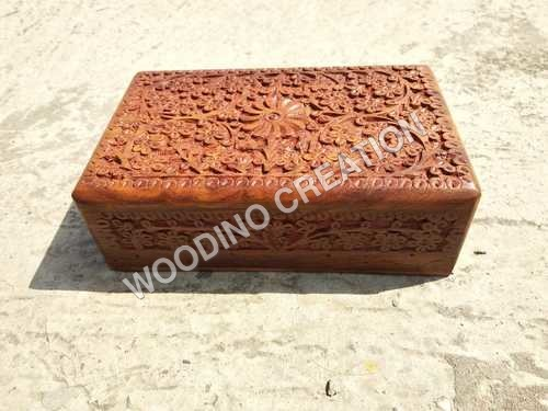 设计师木雕刻的箱子