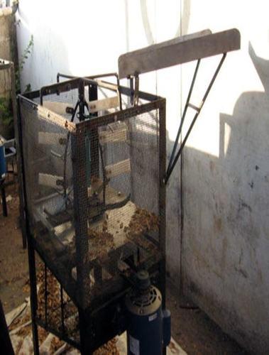 Tamarind de-husking machine
