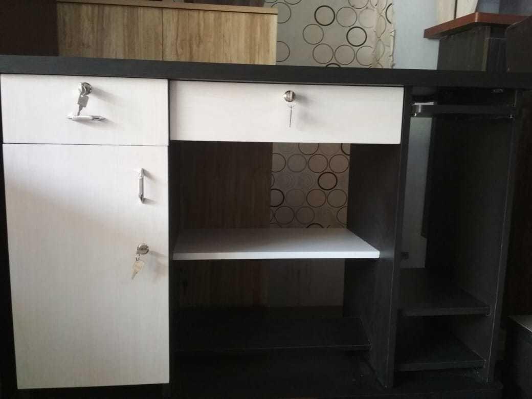 Office desk / Office furniture