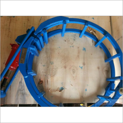 Pipe welding alignment clamp with hydraulic Cage